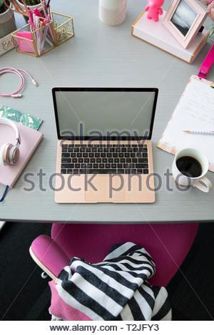 Vue de dessus d'ordinateur portable rose et café sur 24 Photo Stock