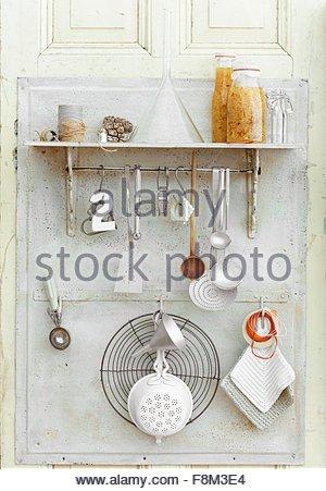 Liqueur de coing épicé fait maison et des ustensiles de cuisine Photo Stock