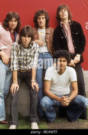 COZY POWELL(1947-1998) English rock drummer en chemise avec Rainbow sur 1975 Photo Stock