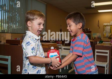 Les garçons apprennent que le partage peut faire plaisir à tout le monde Monsieur © Myrleen Pearson............ Ferguson Cate. Photo Stock