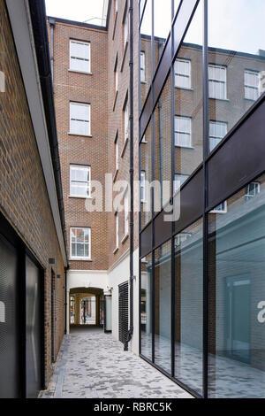 Allée entre les volumes du bâtiment. 8 Bloomsbury, Londres, Royaume-Uni. Architecte: Buckley Gray Yeoman, 2017. Photo Stock
