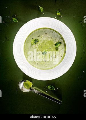Le concombre, la menthe et d'amande soupe. Photo Stock