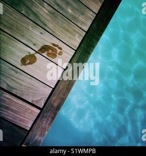 Empreinte écologique le long d'une piscine Photo Stock