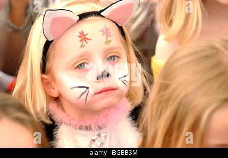 Photo de jeune fille partie face paint animation anniversaire ennuyé et malheureux. Photo Stock