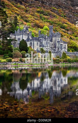 L'Abbaye de Kylemore reflète dans le lac. Co Galway, Irlande. Photo Stock