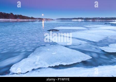 Lever de lune sur une froide soirée d'hiver par l'Oslofjord, au four à Råde, Østfold norvégien. Photo Stock