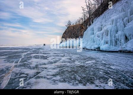 4x4 roulant à travers le Lac Baikal, Sibérie, Russie Photo Stock