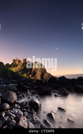 Le Château de Dunluce capturés la nuit par la lune. Photo Stock