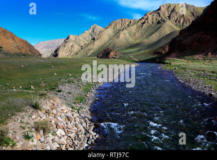 Route vers le lac Kol chanson, l'oblast de Naryn, Kirghizistan Photo Stock