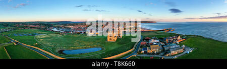 L'Abbaye de Whitby et de l'église St Mary, à l'aube peut, North Yorkshire, England, UK. Panorama Photo Stock