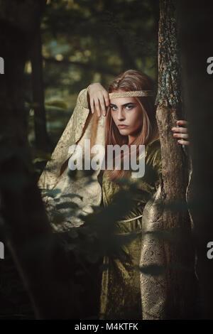 Fairytale femme avec robe verte. Fantastique et la magie Photo Stock