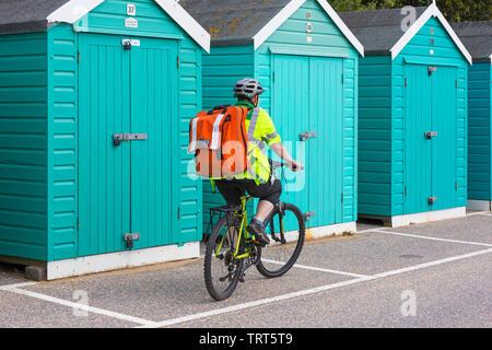 Premier intervenant à cheval le long de la promenade de Bournemouth sur vélo à la race pour la vie soutien médical, Bournemouth, Dorset UK en Juin Photo Stock