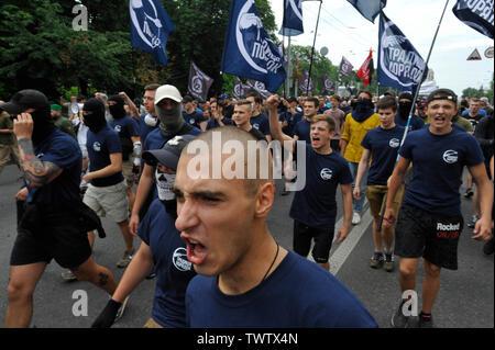 Un militant nationaliste ukrainien slogans ultra chants lors d'une manifestation contre la Gay Pride Parade annuelle à Kiev.Plus de 8 000 personnes se sont rendues à Kiev pour la Gay Pride Parade annuelle. La sécurité est serré que les militants d'extrême droite, a tenté de perturber la fête. Les manifestants, brandissant des drapeaux ukrainiens et arc-en-ciel et porter des costumes colorés, ont défilé dans le centre de la capitale, alors que des milliers de policiers et de troupes de la Garde nationale étaient là, pour assurer l'ordre. Photo Stock
