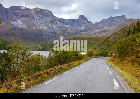 Road, l'été, les montagnes, Flakstadoya, Lofoten, Norvège, Europe, Amérique du Nord Photo Stock