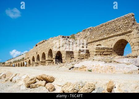 Israël, Haifa District, Caesaria. Ruines de l'aqueduc romain sur la plage le long de la côte méditerranéenne. Photo Stock