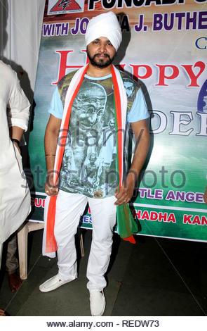 Chanteuse Bollywood Ramji Gulati lors d'une cause d'organzie le déjeuner pour les enfants orphelins à l'occasion de l'Independence Day à Mumbai, Inde, le 15 août 2013. Utsava (Devdutta) Photo Stock
