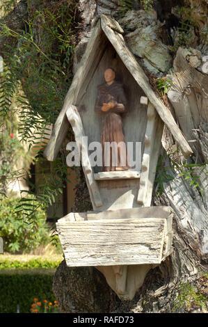 Saint François d'alimentation des oiseaux à Santa Can Ynes Mission, Santa Cruz Mountains, CA. Photographie numérique Photo Stock