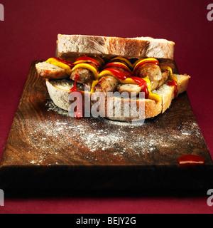 Sandwich saucisse avec du ketchup et de la moutarde. Photo Stock