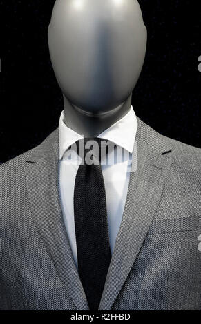 Mannequin sans visage portant veste de costume gris Photo Stock