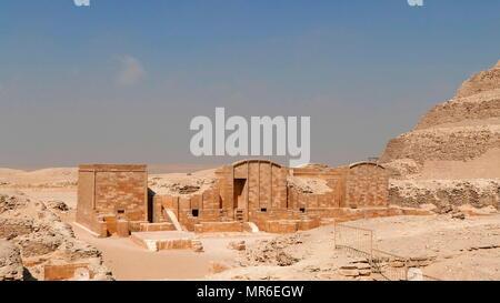 Le complexe funéraire de Djoser à Saqqara, en Egypte. Saqqara était un ancien cimetière en Egypte, agissant comme la nécropole de l'ancienne capitale égyptienne, Memphis. Djoser a été le premier ou deuxième roi de la iiie dynastie (ca. 2667 à 2648 avant J.-C.) de l'ancien empire égyptien (ca. 2686 à 2125 avant J.-C.) Photo Stock