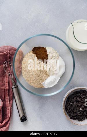 Les ingrédients secs pour un oeuf recette de crêpes gratuit prêt dans un bol à mélanger Photo Stock