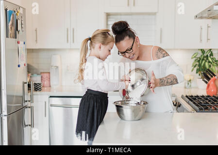 Mère et fille baking in kitchen Photo Stock