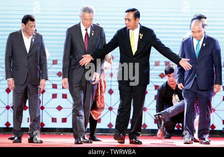 (L-R) les dirigeants de l'ANASE Président de la République des Philippines Rodrigo Duterte Roa, Président de la république du Singapour Lee Hsien Loong, Premier Ministre de la Thaïlande Prayuth Chan-OCHA, et premier ministre de la République socialiste du Vietnam Nguyen Xuan Phuc pose pour une photo de groupe lors de la cérémonie d'ouverture 34e Sommet de l'ASEAN à Bangkok. Le sommet de l'ASEAN est une réunion semestrielle tenue par les membres de l'Association des nations de l'Asie du Sud-Est (ANASE) dans les domaines économique, politique, sociale et de sécurité-développement culturel des pays d'Asie. Photo Stock