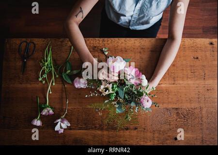 Vue de dessus femme organiser flower bouquet Photo Stock