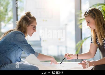 Remue-méninges sur les collègues des graphiques dans le plein soleil Photo Stock