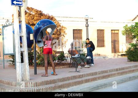 Femme à l'aide d'un téléphone payant à Trinidad, Cuba. 2013 Photo Stock