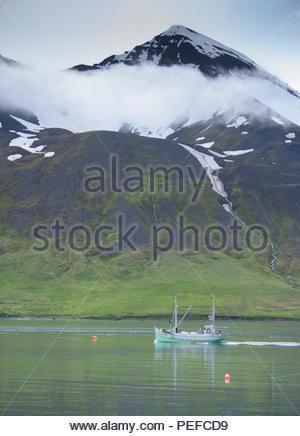 Un bateau de pêche dans le port de Siglufjordur, un village de pêcheurs dans la partie du nord de l'Islande. Photo Stock