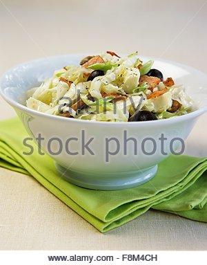 Chou blanc aux lardons, feta et olives Photo Stock
