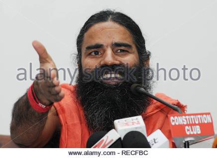 Guru Yoga Baba Ramdev lors d'une conférence de presse à New Delhi, Inde le 04 janvier 2014. Ramdeo a dit qu'il appuiera le BJP, Bharatiya Janata Party) candidat au poste de premier ministre Narendra Modi que s'il promet de ramener l'argent noir planqué à l'étranger. Jyoti (Kapoor) Photo Stock