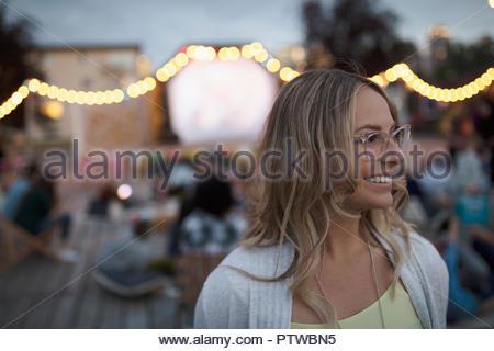 Smiling woman at animation dans le parc Photo Stock