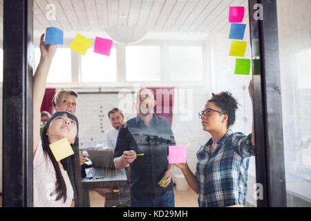 Groupe de collègues de bureau en réflexion Photo Stock