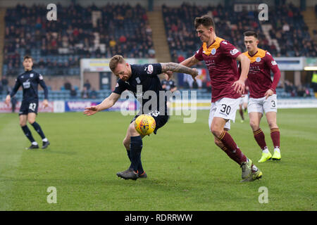 Dens Park, Dundee, Royaume-Uni. 19 Jan, 2019. Scottish Football Coupe du quatrième tour, Dundee v reine du midi ; Craig Curran de Dundee défis pour la balle avec Barry Maguire de reine du Midi : Action Crédit Plus Sport/Alamy Live News Photo Stock