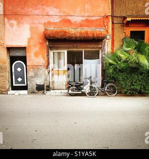 Boutique de tailleur rue à Marrakech Photo Stock