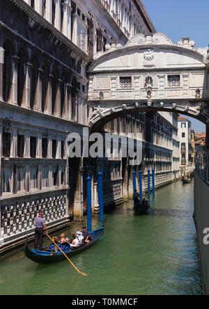 Gondola sous le pont des soupirs, Vénétie, Venise, Italie Photo Stock