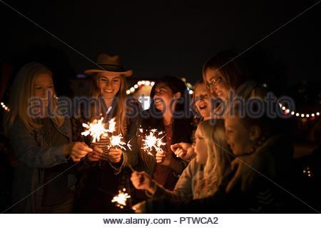 Amis et famille avec les cierges magiques Photo Stock