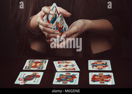 Mains d'un gitan avec des cartes de tarot. Dire de fortune Photo Stock
