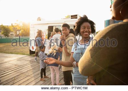 Les gens qui attendent en ligne à camion de crème glacée Photo Stock