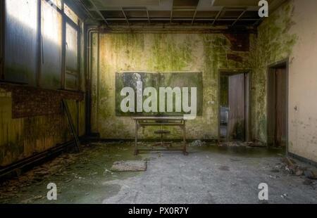 Vue intérieure d'une salle de classe dans une école abandonnée en Belgique. Photo Stock
