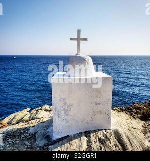 Chapelle blanche au-dessus de la mer sur l'île de Folegandros, Grèce Photo Stock