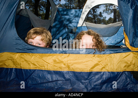 Deux garçons se cacher dans une tente Photo Stock