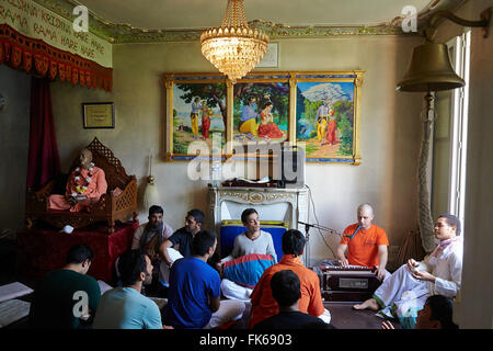 Les dévots chantant, les kirtans dans les Sarcelles Temple ISKCON, Sarcelles, Val d'Oise, France, Europe Photo Stock