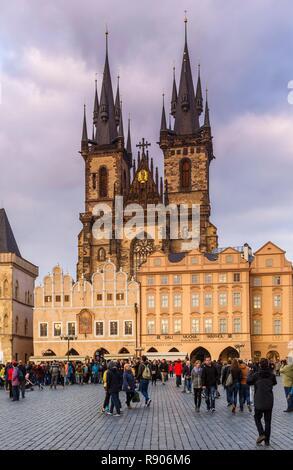 République tchèque, la Bohême, Prague, classé au Patrimoine Mondial de l'UNESCO, Stare Mesto, Staromestské Namesti, vue de la place de la vieille ville et de son animation touristique Photo Stock