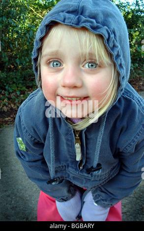 Photographie de l'enfant à pied l'hiver frais d'exercice des mains froides Photo Stock