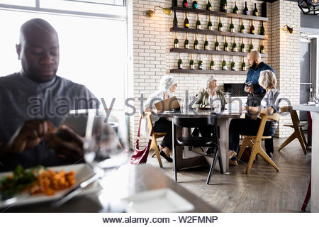 Afin de Waiter taking senior women friends in restaurant Photo Stock