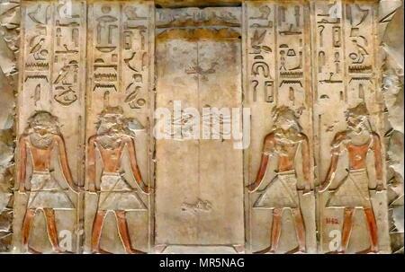 La stèle de calcaire de l'unique compagnon et maire, Meni. . Dendérah, égyptien, l'Egypte. Fin de la première période intermédiaire. La première période intermédiaire, souvent décrite comme une période de 'Dark' dans l'histoire de l'Égypte ancienne, s'étendait sur environ cent vingt-cinq ans, à partir de c. 2181-2055 av. J.-C., après la fin de l'Ancien Empire Photo Stock