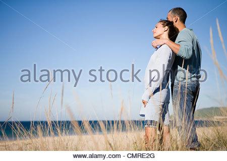 Couple près de la côte Photo Stock